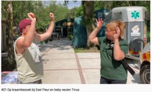 Nicky leert vrijwilliger Lia het gebaar voor ezel